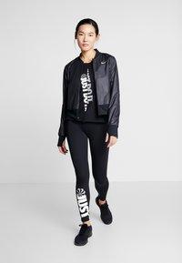 Nike Performance - W NK ICNCLSH TOP SS - T-shirts med print - black/white/reflective silver - 1