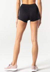 carpatree - CLASSIC SHORTS - Pantalón corto de deporte - black - 2