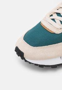 Reebok Classic - CLASSIC LEGACY UNISEX - Sneakers laag - stucco/midnight pine/sepia - 5