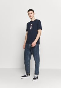 Tommy Jeans - VERTICAL BACK LOGO TEE - Print T-shirt - twilight navy - 1