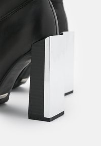 Topshop - TANGO LEG HARDWARE BOOT - Kozačky na vysokém podpatku - black - 5
