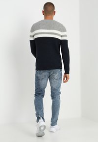 Only & Sons - ONSLAZLO STRIPED CREW NECK - Neule - blue nights - 2