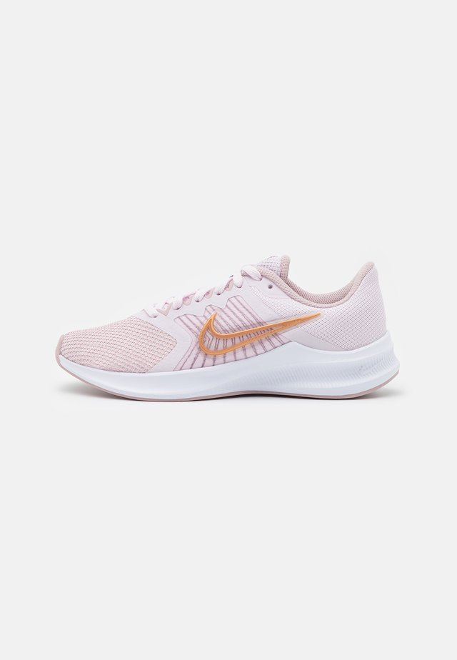 DOWNSHIFTER 11 - Chaussures de running neutres - light violet/metallic red bronze/champagne/white