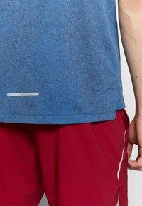Nike Performance - M NK DRY MILER SS JACQUARD FF - Camiseta estampada - smoke grey/pacific blue - 4