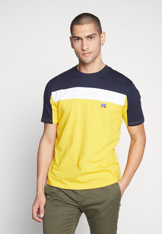 OSCAR - T-shirts med print - inca gold