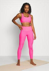 Onzie - MUDRA BRA - Sujetadores deportivos con sujeción ligera - neon pink selenite - 1