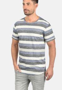 Solid - RUNDHALSSHIRT THICCO - Print T-shirt - marlin - 0