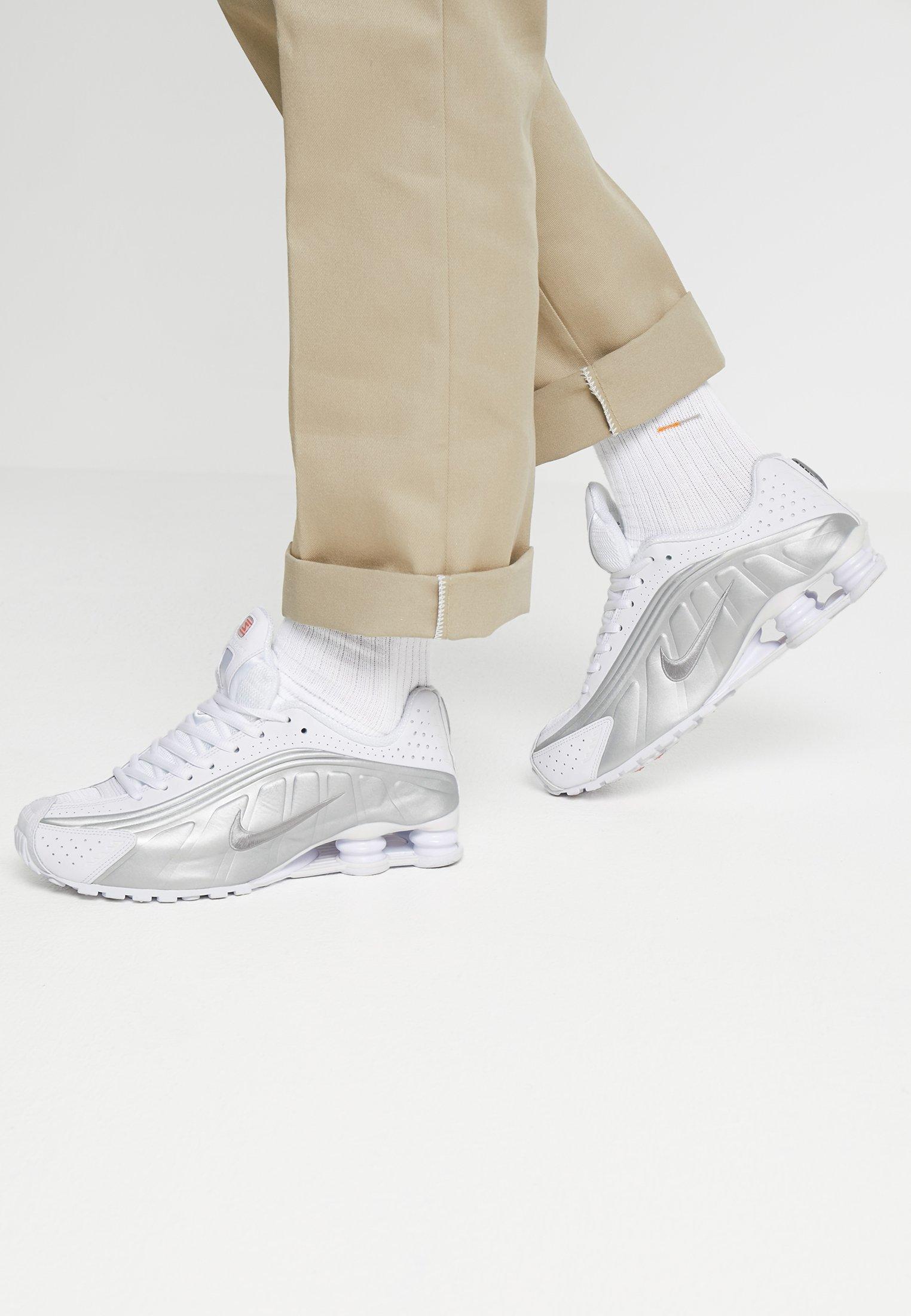 Nike Sportswear SHOX R4 - Baskets basses - white/metallic silver ...