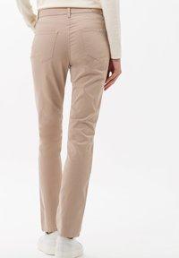 BRAX - STYLE CAROLA - Straight leg jeans - toffee - 2