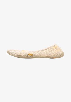 Sports shoes - white cap