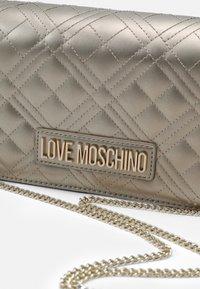 Love Moschino - EVENING BAG - Umhängetasche - gold - 4