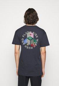 Henrik Vibskov - MAN IN BATHROOM TEE - T-shirt imprimé - dark blue / multi-coloured - 2