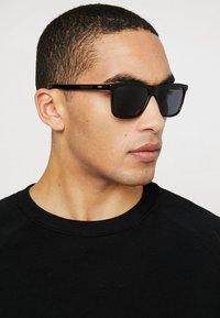HUGO - Sluneční brýle - black/red/gold-coloured - 1