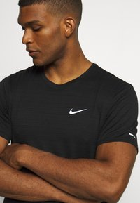 Nike Performance - MILER  - T-shirt basic - black/silver - 4
