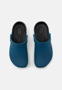 Crocs - LITERIDE CLOG - Drewniaki i Chodaki - vivid blue/almost white - 3