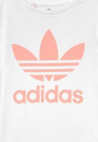 adidas Originals - TREFOIL TEE - T-shirt imprimé - white/haze coral - 2