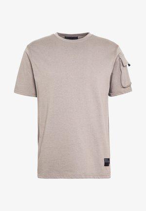 UTILITY SLEEVE POCKET - Print T-shirt - beige