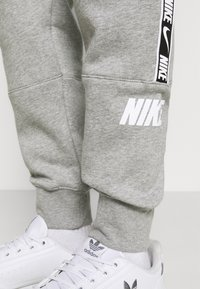 Nike Sportswear - REPEAT - Pantaloni sportivi - dark grey heather - 5