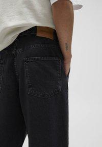 PULL&BEAR - MIT BUNDFALTEN - Jeans Relaxed Fit - black - 4