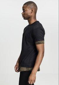 Urban Classics - Print T-shirt - black/olive - 2