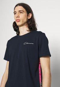 CLOSURE London - TAPED SCRIPT TEE SHORT TWINSET SET - Print T-shirt - navy - 4