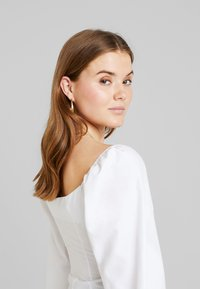 NA-KD - ADORABLE CARO CUP BLOUSE - Pusero - white - 3