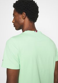 Tommy Hilfiger - GLOBAL STRIPE TEE - T-shirt z nadrukiem - green