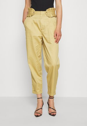 CLEAN WITH DETACHABLE PLEATED BELT - Trousers - sand