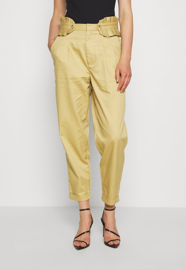 CLEAN WITH DETACHABLE PLEATED BELT - Pantalones - sand