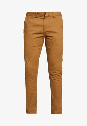 MOTT CLASSIC SLIM FIT - Chino kalhoty - walnut
