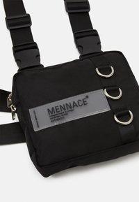 Mennace - CHEST UTILITY HARNESS - Sac banane - black - 3