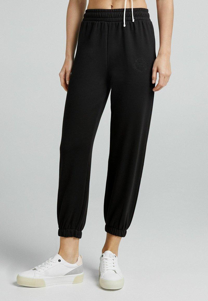 Bershka - PLÜSCH - Pantaloni sportivi - black
