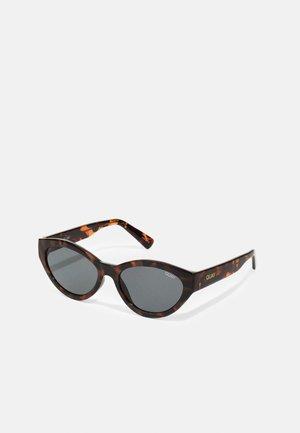TOTALLY BUGGIN - Sunglasses - brown