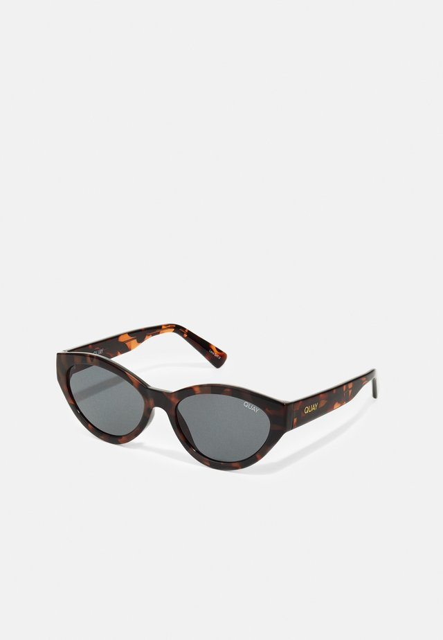 TOTALLY BUGGIN - Lunettes de soleil - brown