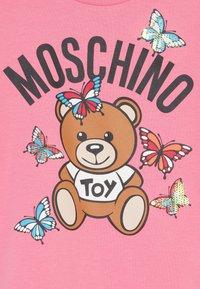 MOSCHINO - MAXI - Print T-shirt - dark pink - 3