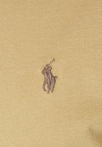 Polo Ralph Lauren - CUSTOM SLIM FIT JERSEY CREWNECK T-SHIRT - T-shirt basique - luxury tan - 5