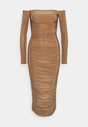 BARDOT SLINKY RUCHED MIDAXI DRESS - Vestido de tubo - camel
