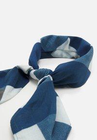032c - BANDANA UNISEX - Galvas lakats - white/blue - 3