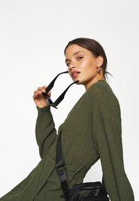 Glamorous Petite - TIE WAIST JUMPER DRESS - Jumper dress - forest green - 4