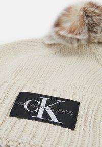 Calvin Klein Jeans - LOGO GLITTER BEANIE - Lue - beige - 2
