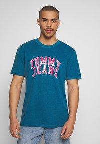 Tommy Jeans - NOVEL VARSITY LOGO TEE - Print T-shirt - audacious blue - 0