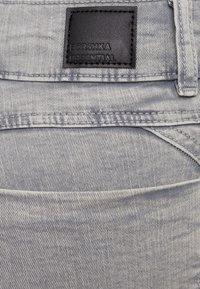 Bershka - MIT RISSEN  - Jeans Skinny Fit - grey - 5