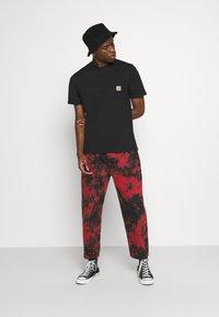 Volcom - STRANGE TIMES PANT - Kalhoty - deep red - 1