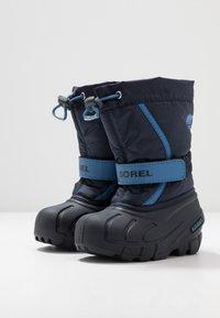 Sorel - YOUTH FLURRY - Zimní obuv - collegiate navy/atmosphere - 3