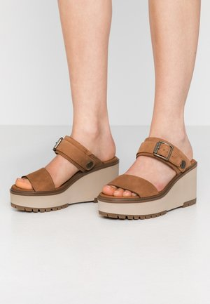 KORALYN BAND WEDGE - Heeled mules - rust