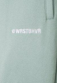 WRSTBHVR - COLIS PANTS UNISEX - Tracksuit bottoms - green - 2