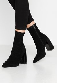 NA-KD - TIGHT SHAFT BLOCK BOOTIES - Ankelboots med høye hæler - black - 0