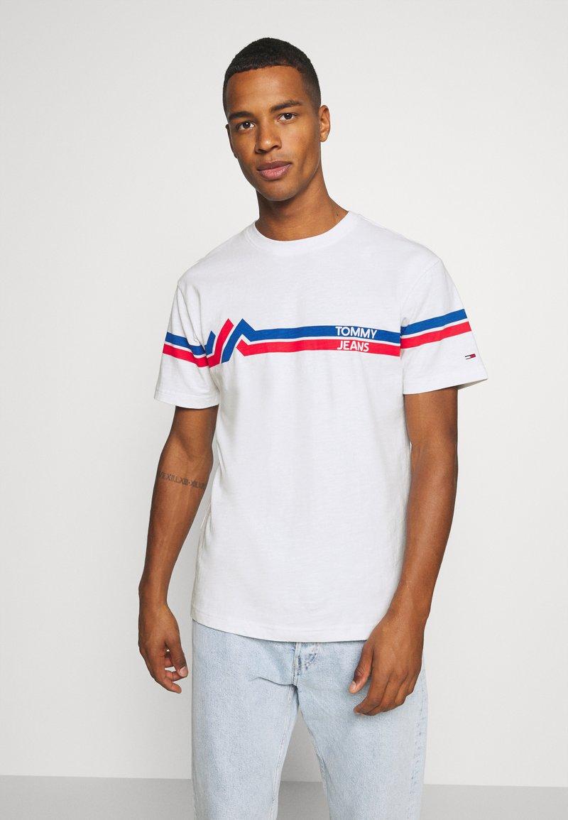 Tommy Jeans - STRIPE MOUNTAIN TEE UNISEX - Print T-shirt - white