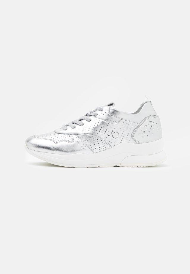 KARLIE - Sneakers laag - metallic silver