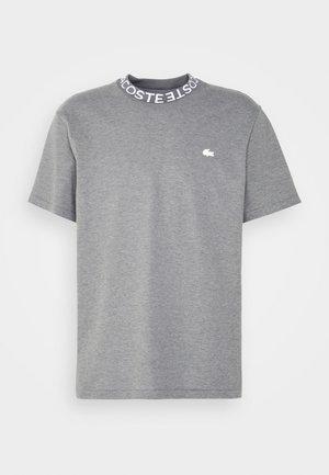 T-shirt med print - mine chine